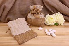 Πουγκί Λινάτσας με Λινό BI0238  Πουγκί λινάτσας σουρωτό με λινό ύφασμα και λουλούδι φιόγκο.Δημιουργήστε εύκολα και γρήγορα μια μπομπονιέρα όπως εσείς την έχετε σκεφτεί. Συνδυάστε με μια μεγάλη ποικιλία χρωμάτων και υλικών, κορδέλες, κορδόνια, δαντέλες και ξύλινα ή μεταλλικά διακοσμητικά στοιχεία (μοτίφ) και αφήστε τη φαντασία να σας οδηγήσει.Διαστάσεις: 12x15cm Burlap, Reusable Tote Bags, Hessian Fabric, Jute