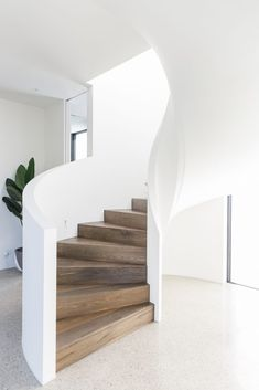 Inspiration: The curved staircase - greige design Concrete Staircase, White Staircase, House Staircase, Curved Staircase, Modern Staircase, Home Stairs Design, Interior Stairs, Stair Design, Staircase Architecture