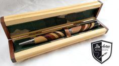 Caneta produzida pela Du´Artes com madeiras marchetadas.