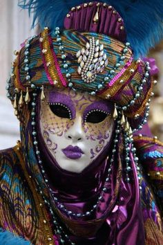 Amazing - not just the Mask but the Carnival Costume. Venice Carnival Costumes, Venetian Carnival Masks, Carnival Of Venice, Venetian Masquerade, Masquerade Ball, Mardi Gras, Venitian Mask, Costume Carnaval, The Mask Costume