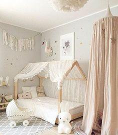 lit-bébé-montessori-maisonnette-linge-de-lit-blanc-tipi-enfant-fille-tapis-gris-peinture-murale-grise-jouet-lapin-blanc-plusieurs-jouets-idée-déco-chambre-bébé-fille