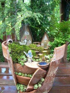 Miniature Fairy Garden Using Broken Pots Jardin Decor, Miniature Fairy Gardens, Fairy Houses, Garden Houses, Dream Garden, Garden Fun, Gnome Garden, Tropical Garden, Spring Garden
