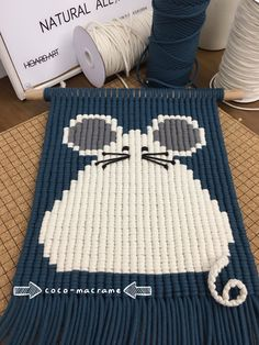 Macrame Wall Hanging Patterns, Macrame Patterns, Crochet Patterns, Macrame Design, Macrame Art, Yarn Crafts, Sewing Crafts, Crochet Wall Art, Macrame Tutorial