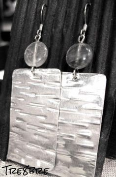 Sarlac - earrings in textured aluminium foil with grey quartz.