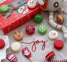 Cute Desserts, Holiday Desserts, Holiday Baking, Christmas Deserts, Christmas Gift Box, Macarons Christmas, Cake Pops, Macaron Flavors, Macaron Cookies