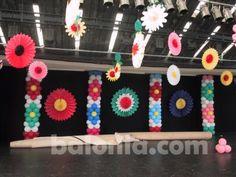 Colunas de balões com flores e leques de papel