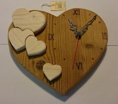 Orologio in legno da parete con Cuori - Versione Scura con cuori chiari