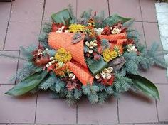 Výsledek obrázku pro dušičková vazba Christmas Wreaths, Floral Wreath, Halloween, Holiday Decor, Fall, Home Decor, Nice Asses, Autumn, Floral Crown