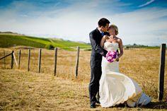 photo de mariage originale: nouveaux mariés aux alentours de la ville