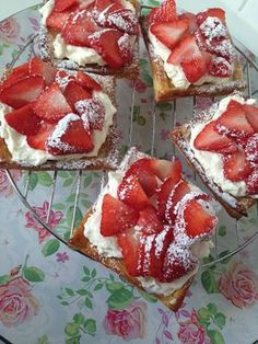Easy Cake : Strawberry tarts with puff pastry, No Bake Desserts, Dessert Recipes, No Bake Cake, Love Food, Sweet Recipes, Cookie Recipes, Cupcake Cakes, Sweet Treats, Food And Drink