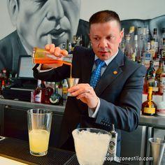 """El maitre y bartender de DormirDCine (Madrid), Sergio Freile, elaborando su delicioso cóctel """"Penjamo Breeze"""" ante la mirada de Humphrey Bogart. #CopasConEstilo #Coctelería #Madrid"""