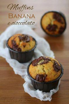 Questi deliziosi muffins banana e cioccolato fondente saranno vostri alleati per la colazione o la merenda dei vostri bambini. Morbidi e profumati.