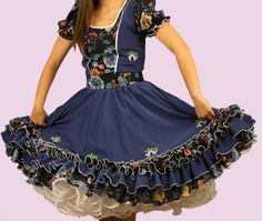 Huasa chilena, Vestidos de china! Clogs Outfit, Dance Outfits, No Frills, Vintage Outfits, Girls Dresses, Petticoats, Fashion Outfits, Skirts, How To Wear