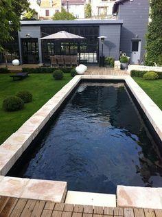 Description produit : couloir de nage. Dimensions : 10m x 2,50m. Revêtement : liner noir. Margelles : pierres naturelles. Options : électrolyseur, pompe à chaleur.