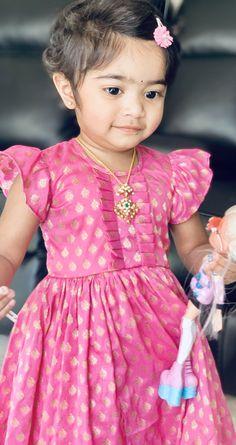 Baby in pink Banarasi long frock paired with diamond pendant Girls Frock Design, Long Dress Design, Baby Dress Design, Kids Frocks Design, Baby Frocks Designs, Baby Girl Dresses Diy, Dress Girl, Girls Dresses, Kids Lehenga