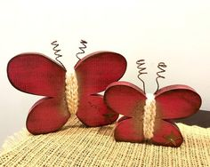 Best Images spring Primitive Decor Ideas As soon as the aged higher education good friend stepped directly into the house ten years back, the woman fac. Rustic Wood Crafts, Primitive Wood Crafts, Wooden Decor, Country Primitive, Primitive Pillows, Wood Butterfly, Butterfly Crafts, Rock Crafts, Crafts To Make