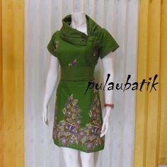 Gambar baju batik wanita warna hijau dengan krah model pramugari dari jenis kain katun dan motif batik printing solo