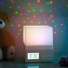- Elige entre uno de los 10 sonidos naturales para despertarte. - Proyecta estrellas de colores sobre la pared y techo. - Función de alarma diferida.