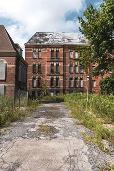 Hudson River State Hospital for the Insane - Creepy Derelict Places, Derelict Buildings, Old Buildings, Abandoned Places, Abandoned Asylums, Abandoned Houses, Beautiful Ruins, Beautiful Places, Real Castles