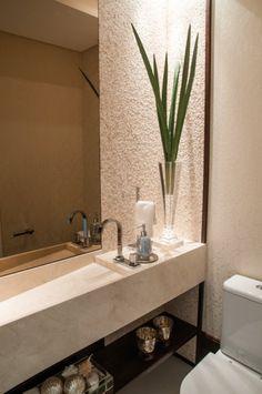No lavabo, bancada plena em mármore crema marfil, combinada com revestimentos de parede em espelhos, mosaico de mármore e papel de parede.