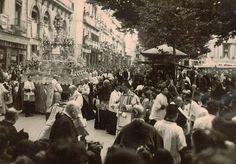Paso de la Custodia por la plaza Bib Rambla en la procesión del Corpus. Torres Molina/Archivo de IDEAL Granada, Andalusia, Plaza, Dolores Park, Street View, Magdalena, Travel, Vintage Postcards, Antique Photos