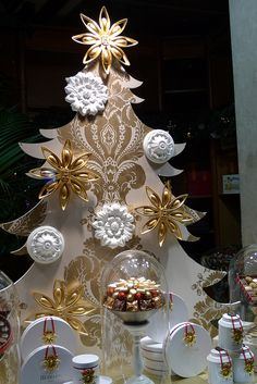 Inspiration for christmas window displays with white and gold ornaments used for visual merchandising. Christmas Window Display, Window Display Design, Store Window Displays, Christmas In Paris, French Christmas, Christmas Decorations Uk, Holiday Decor, Christmas Tabletop, Holiday Tree