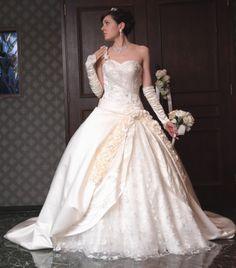 肩の紐やドレスの縁に、お花のコサージュがついた人気のドレスです。 お色、デザインのアレンジ、脇下をファスナー式に変更、肩紐、U型紐の追加等、多彩な無料サービスを提供しています。