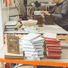 So wird aus alten Büchern ein ReBlock - die Bücher werden von Hand neu gebunden und mit Seiten befüllt. Jenga, Alter, Journey, Instagram, Old Books, The Journey
