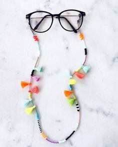 Brillenketten - BRILLENSCHLANGE IBIZALOVE Brillenkette Brillenband - ein Designerstück von PALMENKIND bei DaWanda Tassel Jewelry, Fabric Jewelry, Diy Jewelry, Jewelry Making, Diy Glasses, Beaded Necklace, Beaded Bracelets, Eyeglass Holder, Bracelet Crafts
