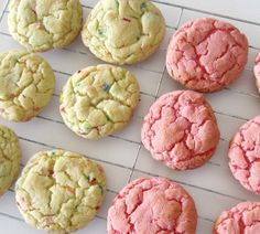 Have you ever made cookies from a box of cake mix? Cake mix cookies are soft and chewy and super delicious! Plus, they only require 3 ingredients, so making them is essentially a no-fuss, fantastic… (easy lemon cake 4 ingredients) Cake Box Cookies, Lemon Cake Mix Cookies, Lemon Cake Mixes, Cookies Et Biscuits, Cookie Bars, Cookie Dough, Funfetti Cookies, Strawberry Cake Mix Cookies, Cake Batter Cookies
