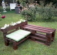 this pallet bench is angled and has a planter box in it too!!!  Cute!                                                                                                                                                      Mais