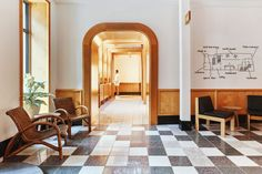 Sister City's interiors were designed with calm in mind, making use of warm wood fittings and furniture throughout. Ace Hotel, Hotel Lobby, Riverside Hotel, Architecture Restaurant, Finnish Sauna, Sister Cities, Hotel Concept, New York Museums, Built In Furniture