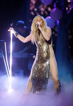 Ellie Goulding Sports A Crazy Dress Onstage