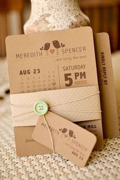 Invitación rústica moderna con pájaros en papel kraft, botón en verde menta y tag con rsvp. Perfecta ¿no?