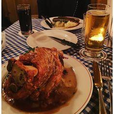 어제저녁으로 먹은 학세와 소시지 양이 어마어마하당 왜 독일사람들이 키가 저렇게 큰지 알겠다 흐흐 #독일#베를린 #학세#Haxe #너무많아효 by mintoring #haxenhaus #people #food