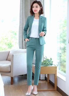 Buying a well-fitting and well-crafted blazer can be pricey but will benefit you in the long run. Having a good quality blazer can certainly make anybody look more created no matter what else they're using. Office Outfits Women, Stylish Work Outfits, Business Casual Outfits, Professional Outfits, Classy Outfits, Business Fashion, Office Uniform For Women, Suit Fashion, Work Fashion
