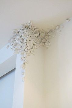 Can you do this with Bondo? Can you mold plaster or joint compound like your do Bondo? Add a cat perch with architectural interest & storage plastic flowers dipped in plaster and attached to the wall! by Tatyana Mitenkova wall plaster More - Budget Crafti Plaster Crafts, Plaster Art, Plaster Walls, Decorative Plaster, Ceiling Design, Wall Design, House Design, Decoration Shabby, Wall Treatments