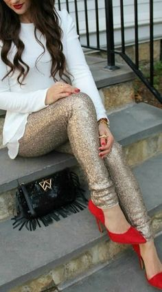Holiday Outfits You Need To Copy Right Now These red heels and gold sequin leggings are perfect for the holidays!These red heels and gold sequin leggings are perfect for the holidays! New Years Outfit, New Years Eve Outfits, Holiday Fashion, Autumn Fashion, Holiday Style, Holiday Looks, Look Legging, Cute Christmas Outfits, Christmas Clothes
