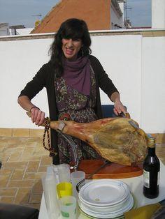 María disfrutando de un momento jamón, jamón... Gracias a Hermeneus http://www.hermeneus.es/Ppa/trevelez