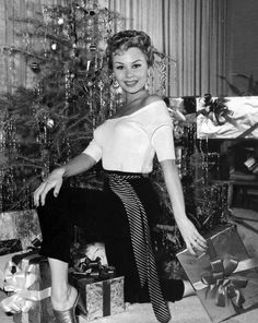 Mitzi Gaynor, in traditional Christmas pose Golden Age Of Hollywood, Vintage Hollywood, Hollywood Glamour, Classic Hollywood, Mitzi Gaynor, Christmas Past, Christmas Stars, Christmas Scenes, Classic Movie Stars