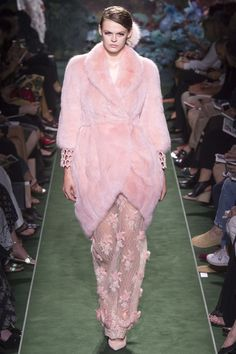 See all the Collection photos from Fendi Autumn/Winter 2017 Couture now on British Vogue Ballet Fashion, Fur Fashion, Pink Fashion, Fashion Week, Fashion 2017, Runway Fashion, Fashion Trends, Fendi, Collection Couture
