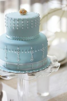 blue cake with pearls. and love the ruffle edge cakestand