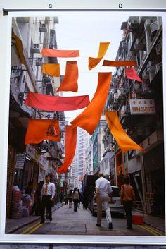 「為歌賦而歌」海報系列 / 陳超宏 / 香港  這個海報系列是為2007年4月在香港舉辦的歌賦節而設計。歌賦街是香港最古老的街道之一,沿街大多是建於1950及1960年代的低層樓宇。 我以居民用竹曬晾衣物為創作意念,即俗稱「萬國旗」。過去香港家家戶戶都在窗外晾衫,不同色彩的衣服,儼如多國旗幟飄揚,蔚為大觀。 我以這個有趣的香港特景為基礎,利用這種普及的生活習慣拼出「歌賦」二字,喚起觀者心中的集體回憶。在空中飛揚的紅藍彩布帶出歌賦節的歡愉氣氛。