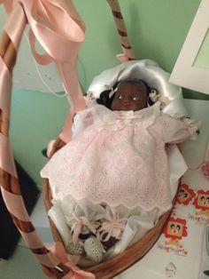 Bonequinha de porcelana negra- bebê (foi minha) - colocada numa cesta