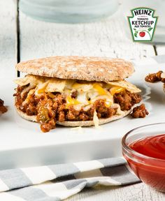 Sandwichs Sloppy Joe piquants #recette Sloppy Joe, Ketchup, Sandwiches, Snack Recipes, Dinner Recipes, Joe Recipe, Easy Weeknight Dinners, Easy Food To Make, Melted Cheese