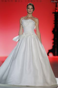 #sexi #love #jeans #clothes #coat #shoes #fashion #style #outfit #heels #bags #treasure #blouses #wedding #weddingdress #weddingday #weddingcelebration #weddingwomanFrancDokonalá+čistota,+lesklé+materiály,+ženskosť++-++šaty+z+dielne+Hannibal+Laguna