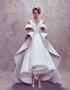 Каждая коллекция Ashi Studio — восторг! Дизайнер Мохаммед Аши (Mohammed Ashi) создал нежную коллекцию ангельских платьев. Не экспериментируя с оттенками платьев для невесты, автор играет формами и текстурой. Такой крой — авторская фишка, которая выделяет Ashi Studio в линейке свадебной моды. Королевский крой юбок, пышные воланы, волны, рюши — все это выглядит органично и шикарно.