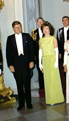 Now this is what a President and First Lady should look like Jackie Kennedy Wedding, Estilo Jackie Kennedy, Los Kennedy, John F Kennedy, Jaqueline Kennedy, Jacqueline Kennedy Onassis, 1960s Outfits, Vintage Outfits, Audrey Hepburn Photos