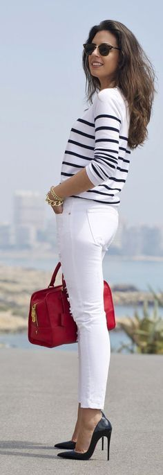 casual chic com inspiração navy: calça branca, t0shirt listrada e bolsa vermelha!