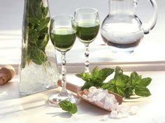 Minzlikör ist ein Rezept mit frischen Zutaten aus der Kategorie Kräuter. Probieren Sie dieses und weitere Rezepte von EAT SMARTER!